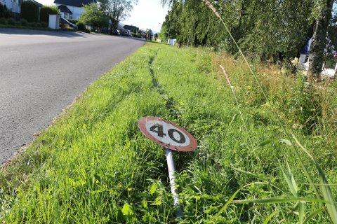 KJØRTE NED: Dette skiltet ble kjørt ned.