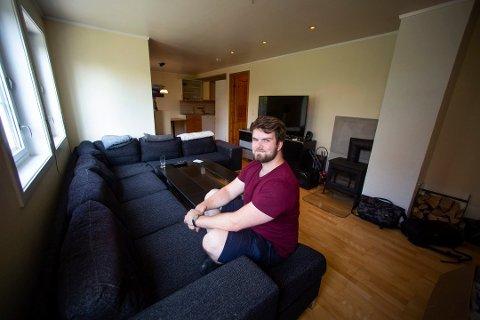 SPARER PENGER: Bjørn Bryne har innredet leiligheten ved å hente ting gratis på Finn.no. Foto: Lisbeth Lund Andresen