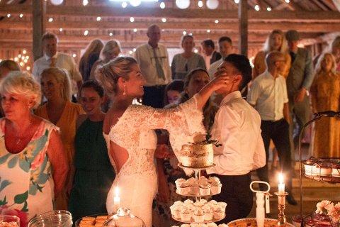 BRYLLUPSKAKE: Her smaker brudeparet på brudekaken. Jeanette Stene (til venstre) og Karina Stene selger nå unna store deler av effektene fra den store dagen. SVEIP VIDERE FOR FLERE BILDER