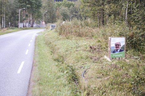 Reklamerer: Tinn Sp driver valgkamp langs veien ved Dale Bakhus. Ikke greit, synes overingeniør Lars Gunvald Hauan i Vegvesenet.