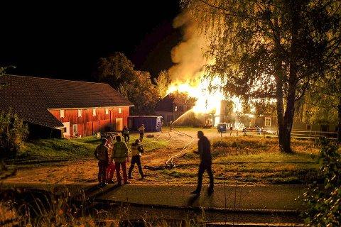 FULL FYR: Brannvesenet klarte å redde låven (til venstre i bildet) fra flammene, da hovedhuset på Dagsrud går i Lunde brant ned til grunnen om kvelden 21. september i år.