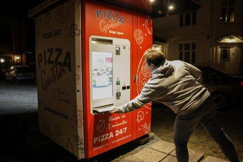 SUKSESS: Denne pizza-automaten har tatt folket med storm. Foto: Stine Merethe Sparby