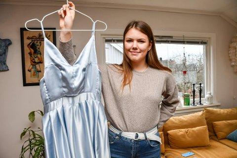 SELVLAGET: Ena Brekka Semb viser fram kjolen hun har laget helt selv. Foto: Jeanette Brubakken