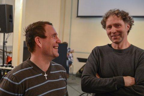Pastor Stian Hansen sammen med møteleder Lars Børre Lofthaug. Foto: Nils Jul Lande