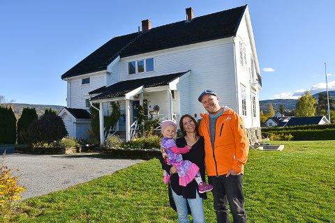 SELGER ALT DE HAR: Tanmaya, Arne og datteren Alvira Bakke Jørgensen selger hus, møbler og klær. Nå skal de flytte til minihus før drømmen om å bo i båt ett år blir sann.