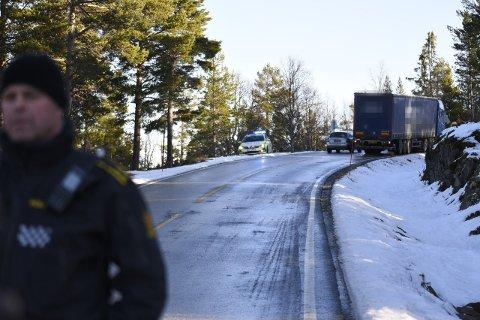 Dagali 20201028.  En utenlandsk mann omkom i en ulykke på Dagali i Numedalen onsdag morgen. Føreren av det ene kjøretøyet var i ferd med å bytte kjetting på traileren sin, da han ble påkjørt på av den andre traileren. Han døde momentant, opplyser politiet. Foto: Vilde Jagland / Hallingdølen / NTB