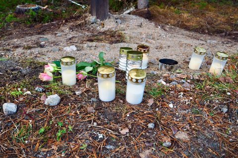 OMKOM: En lokal 21-åring omkom i ulykken natt til lørdag. Det er satt ut lys på ulykkesstedet.