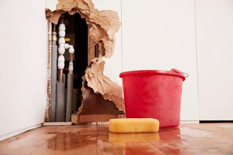 Hvis det står vann inne i rørene, kan de fryse og sprekke når kulden kommer. Foto: iStock.