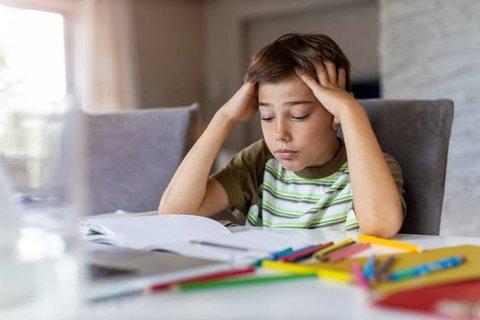 PÅVIRKER SKOLEARBEIDET: Om barnet ditt fort blir sliten i hodet eller ukonsentrert, kan det være lurt å sjekke synet. Foto: pikselstock / Shutterstock / NTB