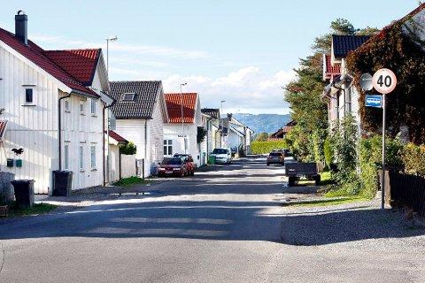 PARKERINGSFORBUD: Nå er det parkeringsforbud på begge sider av Øvregate. Foto: Arild Hansen