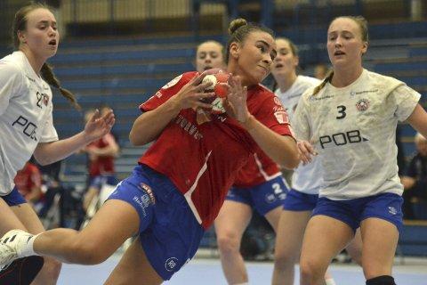 TØFFE DUELLER: Katinka Lillevik kjempet det hun kunne på streken, men ble sjeldent spilt opp i gunstige situasjoner. Likevel scoret hun tre ganger.FOTO: TOM EIK BAUGERUD