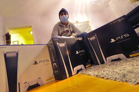 VIl TJENE PENGER: Flere legger ut sine nyinnkjøpte Playstation 5 for privat salg etter å ha kjøpt dem på sider som finn.no. Blant andre drammenseren Jai Bhatoa (23).