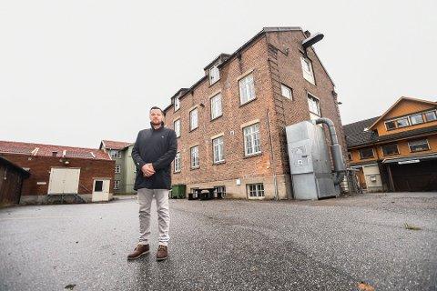 MARENSRO: Roger Hermansen foran det vernede bygget som er over 100 år gammelt. Det gamle snekkerverkstedet vil utbyggerne bygge om til boliger.