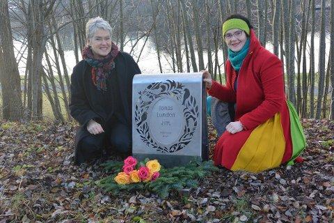 NYTT DESIGN: Billedhuggerne Turid Uldal og Gita Norheim designet et gravminne som er litt annerledes enn de tradisjonelle gravstøttene.