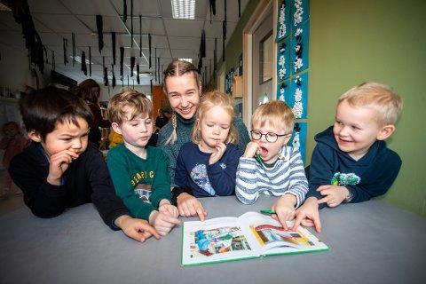 SAMMEN: Når Sofie leser med barna hjelper de hverandre. Det er til stor glede for både henne og de små. Her leser hun med (f.v.) William Havenstrøm Hansen (5), Torbjørn Beitnes (6), Vilde Hovstø Skifte (4), Emrik Matheo Marker Østvold (5) og Jacob Hellum (5).