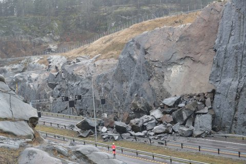 RAPPORTEN ER KLAR: 13. desember i fjor gikk dette raset på E18 ved Bommestad i Larvik. Nå er rapporten fra den uavhengige undersøkelseskommisjonen klar. Foto: Geir Eriksen, arkiv
