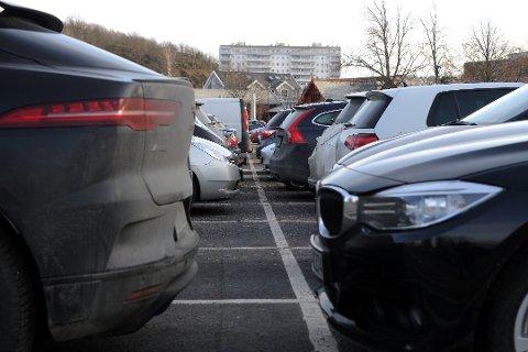 BULK OG STIKK: Trange parkeringsplasser og store biler er en kombinasjon som lett ender med bulking. Mange tar ikke ansvar, og melder ikke fra til eier. Foto:Per Langevei