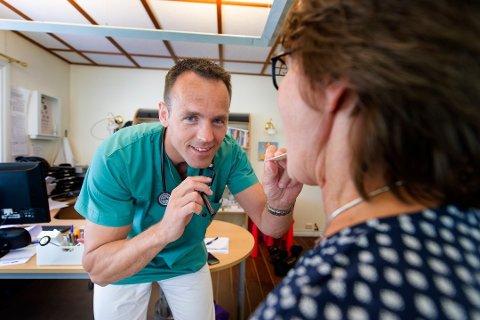 Travel tid: På Christianslund legekontor i Fredrikstad holder de motet oppe, og behandler pasienter som normalt. Troels Weis-Fogh (42) forteller at mange spør om vaksiner. Foto:Lasse Edwartz/Bohusläningen