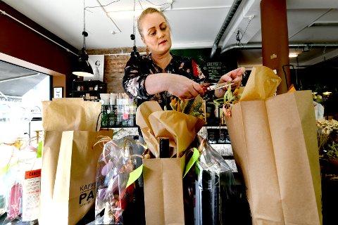 SI JA: Jeanette Thorsen i arbeid i Palma kaffehjørnet i Skien sentrum. Hun mener politikerne må gjøre om på sitt vedtak og si ja til parkering ved rådhusplassen.