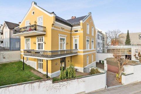 TUNGT: Torgeir Halsen fra DNB Eiendom selger i disse dager bygården i Øvre Hjellegate i Skien. - Det har vært god respons på denne eiendommen, men jevnt over er det tungt marked nå, sier Torgeir Halsen.
