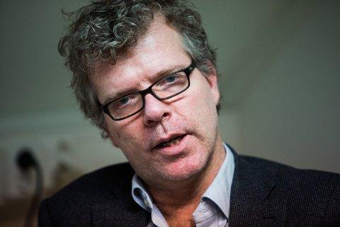 HELT FEIL: Forfatter Jon Hustad mener Norge velger helt feil vei ved å ikke heller beskytte syke og gamle fremfor å stenge ned hele samfunnet. Foto: Alexander Winger (Mediehuset Nettavisen)