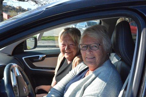 NÅ BEGYNNER SESONGEN: - Nå bare gleder vi oss til å komme på hytta på Bærø igjen og vaske ned for sesongen. Nå blir vi er noen dager, sier Anita Schjølberg (til venstre) og Jorunn Langedrag fra Tønsberg. Foto: Per Eckholdt