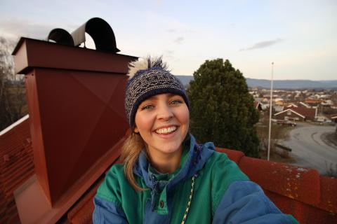 HJEMME PÅ TAKET: Annika Momrak hadde tre uker hjemme i Bø i Covid 19-karantene. Her fra en filminnspilling på taket. foto: privat