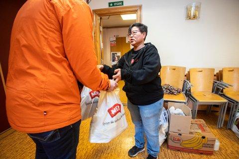 UBEHAGELIG: Evy Sæstad Haraldsen deler ut mat til en mann som oppsøker Frelsesarmeen for første gang. Leilighetkjøp og jobbtørke på grunn av korona har gjort økonomien vanskelig. Foto: Per-Åge Eriksen