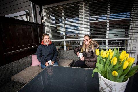 BLIR PÅ TERRASSEN: Maiken Gamborg og Sofie Bystrøm-Berger har belaget seg på hjemmepåske på balkongen på Brånåsen