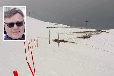 ADVARER: Nettsjef Stein Bjørgulv Isaksen i Repvåg kraftlag serverer en kraftig advarsel mot å bevege seg ved høyspentlinja ved Sortvikhøyda i Porsanger.