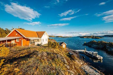 PERLE: Hytta på Rorholmen har flere uteplasser rundt hytta. Den har båthus og egen brygge og ikke minst en praktfull utsikt. Foto: Optical Media, Krogsveen Bamble