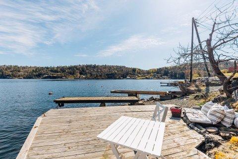 EGET: Den lille hytta har både sjøbod og egen brygge med båtplass.