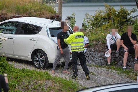 TILSNAKK: En av de involverte i slagsmålet fikk kraftig tilsnakk av politiet. Foto: Reidar Folkedal