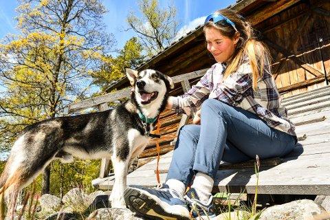 TOK MED HUNDEN: Med seg på flyttelasset til Liv Andrea Sulheim (29) fulgte hunden Rot. Nå leier hun et lite hus i Fyresdal og har den siste måneden vært i full sving med å promotere Fyresdal på Instagram.