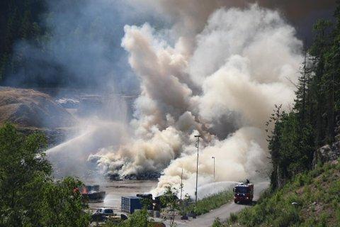 BRANN: Slik så brannen ut ved starten. Brannvesenet er nå inne i etterslukkingfasen. Foto: Theo Aasland Valen