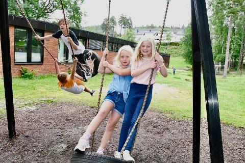 STOR SKOLE: Madeleine Ringhus Forsbak og Nicoline Holmsen Røneid skal begge opp i 3. trinn på Grønli skole til høsten. Trinnet har hele tre klasser og er av de største på skolen. Det høye antallet elever ved skolen ser bare ut til å fortsette.