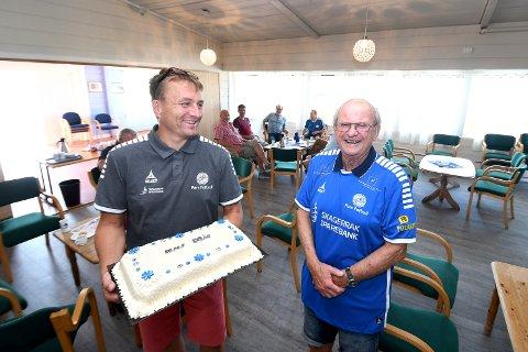 GJORT STAS PÅ: Realf Rollefsen fikk ny Pors-drakt og kake ev styreleder Gert Willumsen på kafeen torsdag i anledning 80-årsdagen sin.