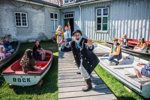 STJERNA: Dagrun Anholt som den rike kapteinen redder familieforestillingen Store Skumle Moby Dick som utspiller seg i Brekkeparken og Brekke By.