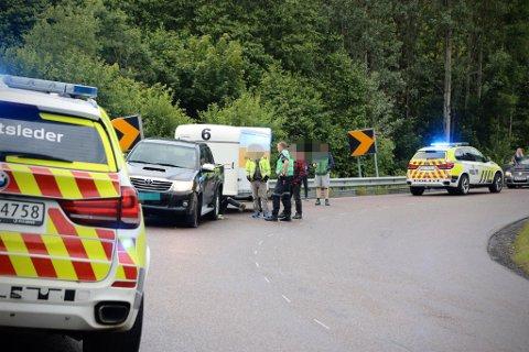 ULYKKE: En 16-åring havnet under en bil etter at han skled på MC'en. Det er ikke gutten som ligger under bilen på bildet, men en som sjekker bilen.