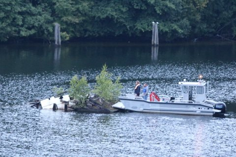 DYTTET: Tom Erik Økland nølte ikke, men kom seg på vannet og fikk dyttet haugen vekk så den ikke var til fare for andre.