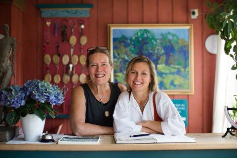 MOR OG DATTER. Ellen Grøstad driver gjestgiveriet sammen med datteren Solveig.
