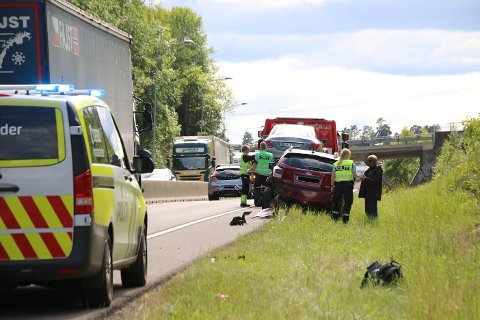 I BAKEN: En personbil har kjørt i baken på en annen. foto: theo aasland valen