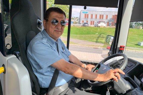 Bussjåfør Azad Karim forteller at smittevern er ute av kontroll på flere bussavganger i Grenland.