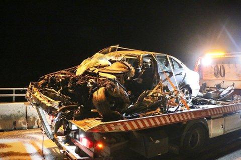 Det var klokken 19, mandag kveld, at nødetatene fikk melding om en frontkollisjon mellom en tankbil og en personbil på E18 på Langangen i Porsgrunn. Foto: Theo Aasland Valen