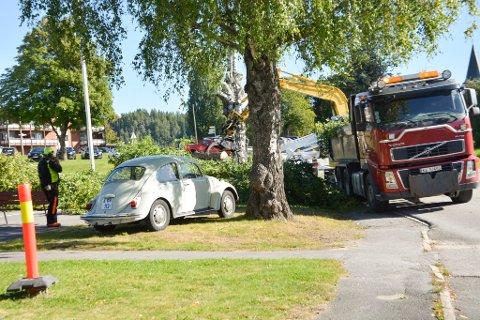 PARKERTE: Petra Vogel parkerte bilen sin for å hindre fellingsarbeidet av gamle bjørketrær.
