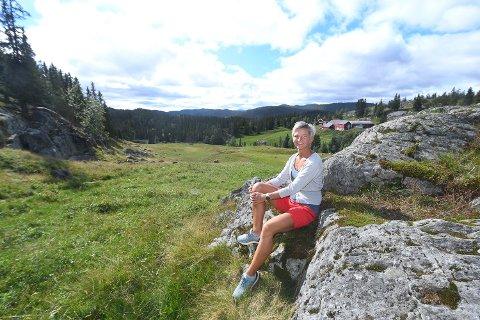 IDYLLISK: Det er litt av et treningsområde Marie Veslestaul har å boltre seg på i nærheten av familiegården i Øyfjell.