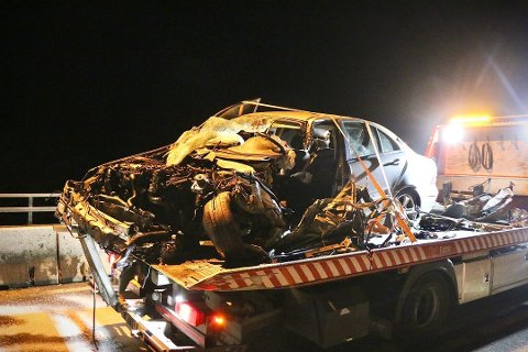 VARETEKTSFENGSEL: Passasjeren i denne bilen, en 32-åring fra Lillstrøm, blir varetektsfengslet i to uker siktet for drapsforsøk på kameraten (33), som kjørte bilen. Den frontkolliderte med en tankbil på E18-brua i Langangen mandag kveld.