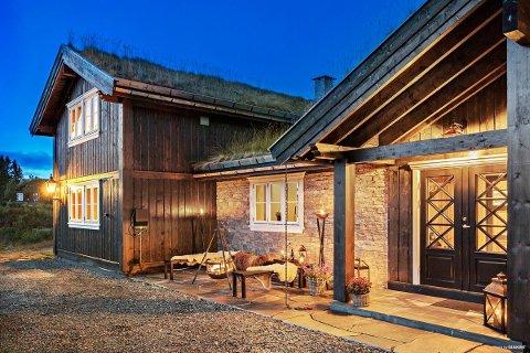 FLERE UTEPLASSER: Rundt hytta er det tre uteplasser, to av dem med utsikt over Uvatn.