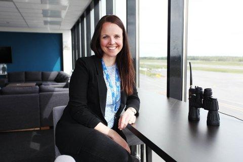 KAN SMILE: Daglig leder Anette Haldorsen i helikopterskolen har grunn til å smile. Da de utlyste en stilling opplevde helikopterskolen å få rekordmange kvalifiserte søkere.
