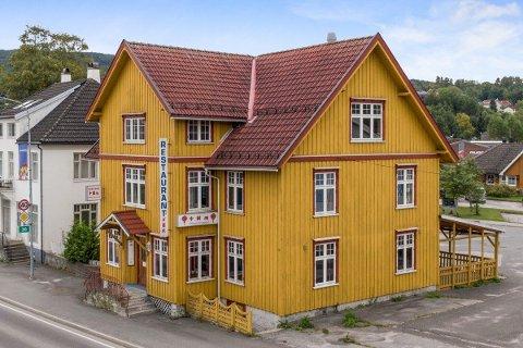 TIL SALGS: Huset har blitt brukt som kinarestaurant i omtrent 40 år og har to boenheter i andre og tredje etasje.